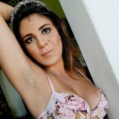 Bella Maia ignorou depilação no ensaio para o Paparazzo