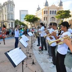Orquestra Arruando faz show de frevo no Marco Zero