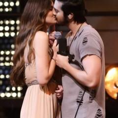 Luan Santana dá selinho em Camila Queiroz durante gravação de DVD