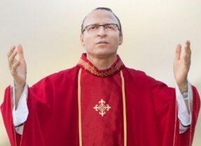 Padre Cosmo na missa para Irmã Dulce