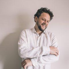 Cantor Marcos Almeida vai lançar álbum no Recife