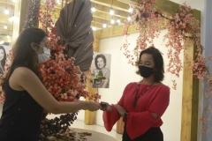 A superintendente do Shopping Tacaruna, Sandra Arruda, entrega o troféu a Juliana Coelho (Foto: Romulo Chico/Esp.DP)