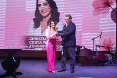 1Marcelo-Tavares-entrega-o-premio-para-Cristiana-Caribé