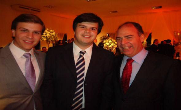 Miguel e Fernando Filho com o pai,  Fernando Bezerra Coelho - Crédito: Noely Mota/Reprodução