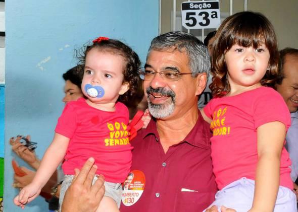 Humberto Costa com as netas Beatriz e Alice - Crédito: Arquivo pessoal/Humberto Costa