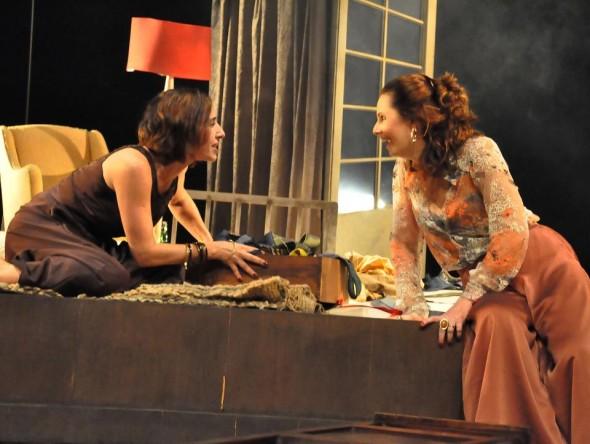Duas mulheres em preto e branco - Crédito: Divulgação da peça