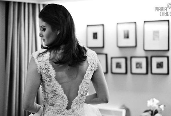 Mariana Santini apostou em vestido com renda francesa e decote nas costas assinado por Márcio Costa - Crédito: Maria Chaves Fotografia/Divulgação