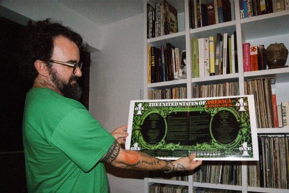 Vinil em formato de dólar, da banda Funkadelic Crédito: Laís Siqueira/DP/D.A Press