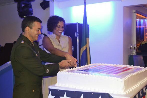 Usha e Paulo cortam o bolo Crédito: Laís Siqueira/DP/D.A Press