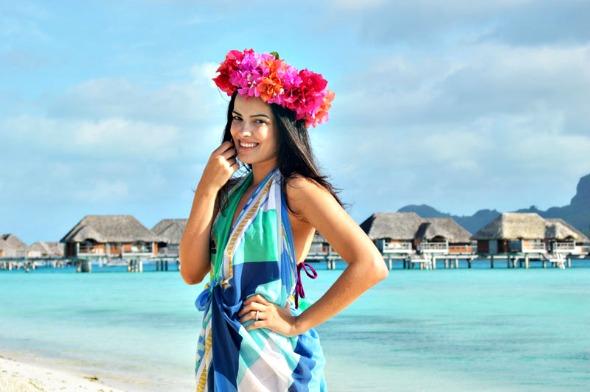 A blogueira do Blog da Mariah arrematou a coroa de flores no Tahiti - Crédito: Divulgação/blogdamariah.com.br