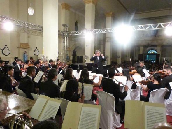 Maestro Rafael Garcia comanda a Orquestra Crédito: Fernanda Tavares