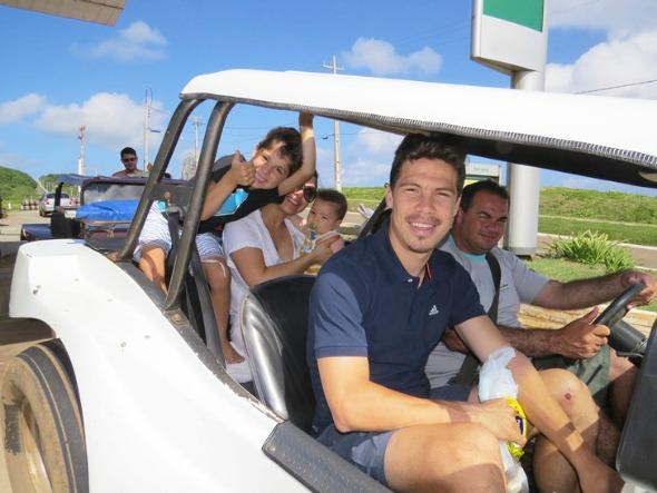 Hernanes com a família em Noronha Crédito: Ana Clara Marinho/Divulgação