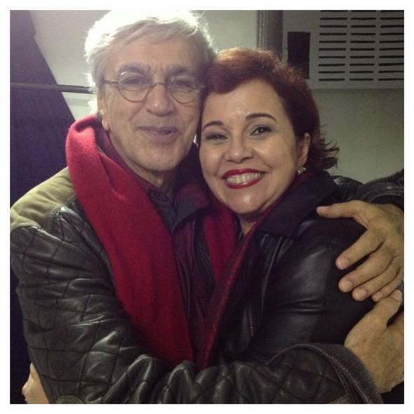 A advogada Cláudia Alencra abraça o ídolo, Caetano Veloso no FIG - Foto: Instagram/Rprodução