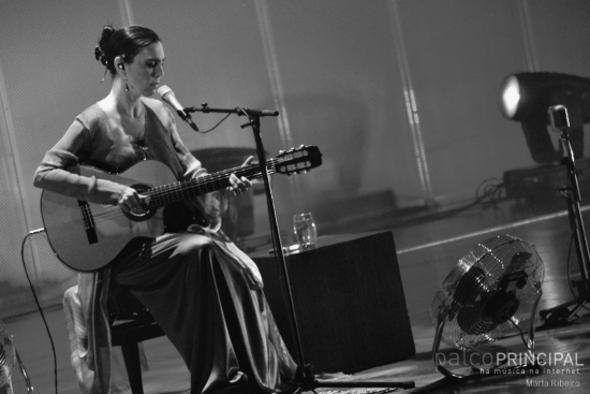 Adriana Calcanhotto vai se apresentar neste sábado, no teatro da UFPE. Crédito: Marta Ribeiro / Divulgação