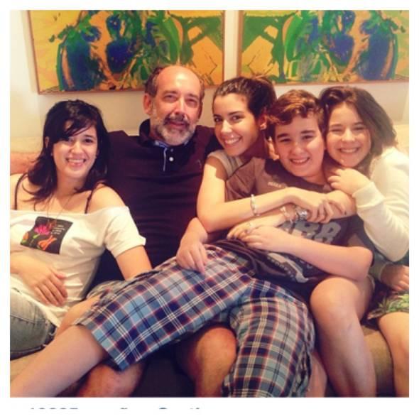 Camila Coutinho com o pai, Marcelo Valença, e os irmãos: Bruna, Tonca e Marcela - Crédito: Instagram/Reprodução