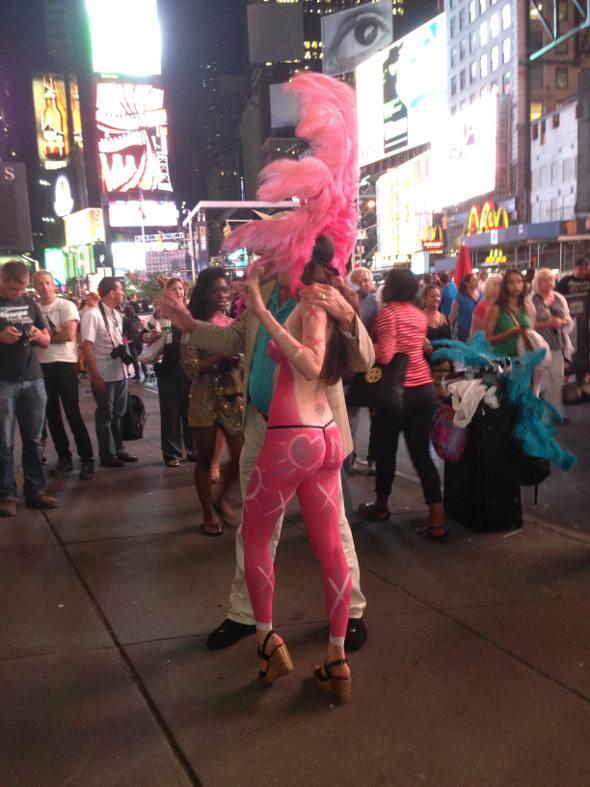 Foto com garota sem roupa, com o corpo pintado