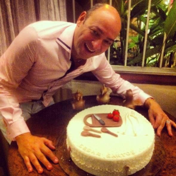 O chef César Santos com o seu bolo de aniversário decorado com utensílios de cozinha - Foto: cecília Ramos/DP DA Press