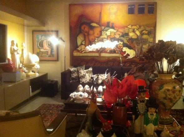 A sala principal da casa, com destaque para imponente quadro de Tereza Costa Rêgo - Crédito: Cecília Ramos/DP DA Press
