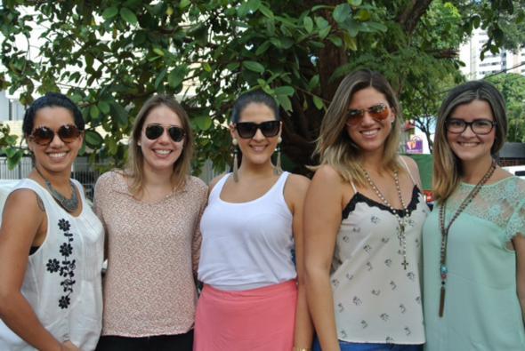Juliana Beltrão, Gabriela Menezes, Marcela Allain, Marina Paraíso e Alynne Borba juntas em bazar. Crédito: Lia Tavares / Divulgação