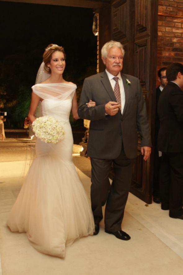 Taciana a caminho do altar com o pai, Guilherme  Crédito: Roberto Ramos/DP/D.A Press