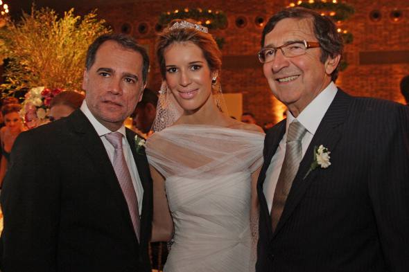 Os noivos com Henrique Barbosa, tio da noive que comandou o cerimonial