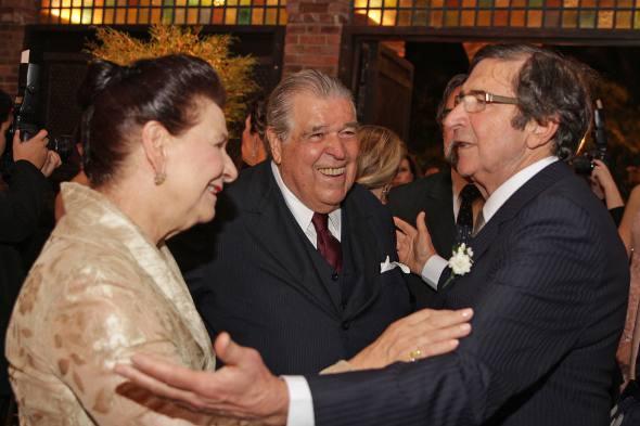 Gracita e Francisco Brennand cumprimentam o noivo