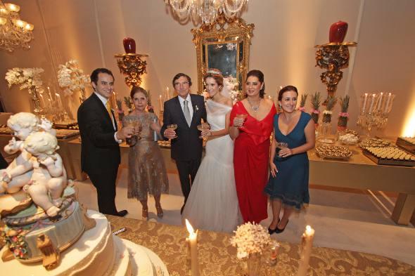 Os noivos brindam com os familiares