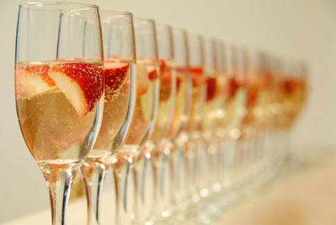 O clássico champagne com morango - Foto: Blog Falando Nisso/Reprodução