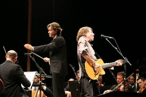 O maestro Leandro Carvalho, da Orquestra Sinfônica Brasileira, com Lenine em homenagem aos 60 anos da Queiroz Galvão no Parque Dona Lindu - Crédito: Nando Chiappetta/DP. DA. Press