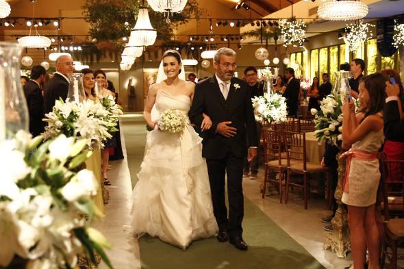 A noiva chega conduzida pelo pai, João Alberto Salviano