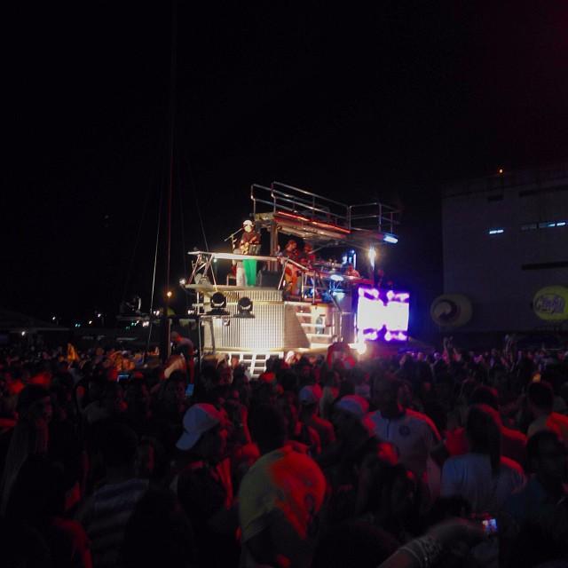 Fãs seguiram o mini trio puxado por Durvalino. Foto: Innovo/Divulgação