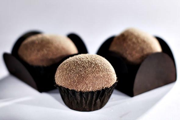 Brigadeiro de Alpino coberto com chocolate Alpino em pó - Crédito: Sniff/Divulgação