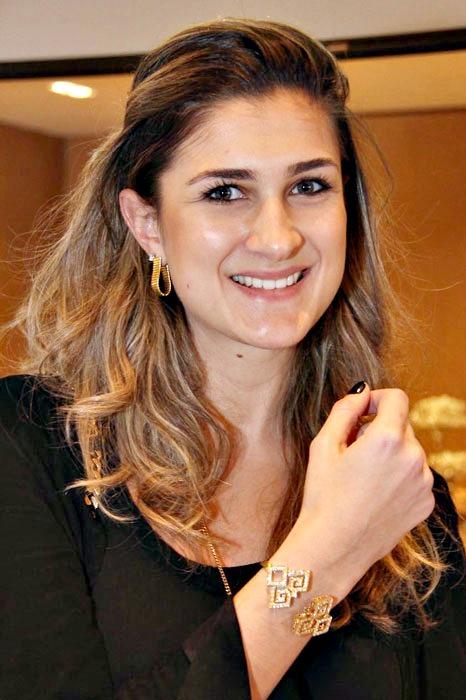 Bárbara Leão de Moura, da Vogue, posa com bracelete da coleção Jogo de Cartas - Crédito: Divulgação/adorojoias.com.br