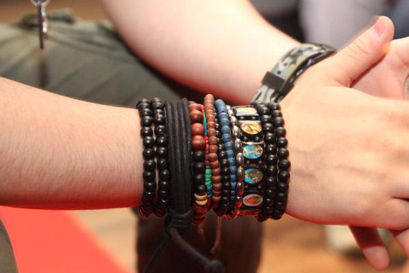 As pulseiras usadas pelo cantor Luan Santana durante coletiva de imprensa - Crédito: Nando Chiappetta/DP/D.A Press