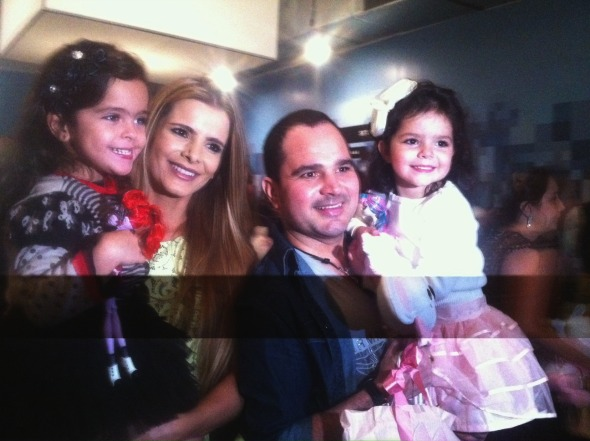 Flávia e Luciano com as gêmeas Helena e Isabella - Crédito: Cecília Ramos/DP DA Press
