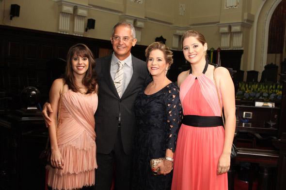 André ladeado pela filha Debora, a esposa Lylian e a filha Barbara Crédito: Nando Chiappetta/DP/D.A Press
