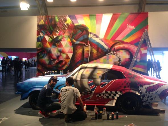 Carro e tela foram pintados durante o SPFW - Crédito: Cecília Ramos/DP DA Press