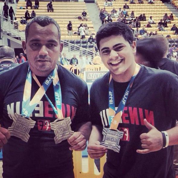 À direita, Luiz Felipe comemora a medalha. Crédito: Reprodução Instagram