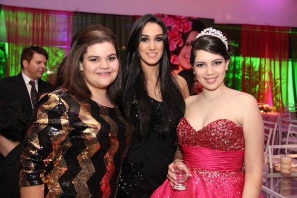 A cantora Marina Elali entre Laura e sua irmã, Beatriz - Crédito: Ricardo Policarpo/Divulgação