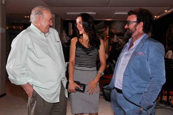 Nicola e sua esposa, Mariana Moura, conversam com o pai dele, Paulo Sultanum - Crédito: Mingus/Divulgação