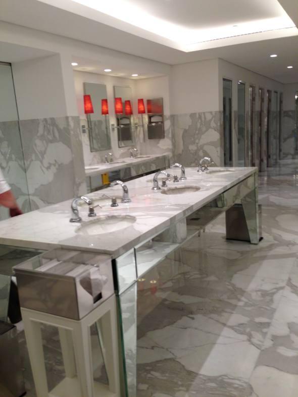 Os banheiros também são luxuosos