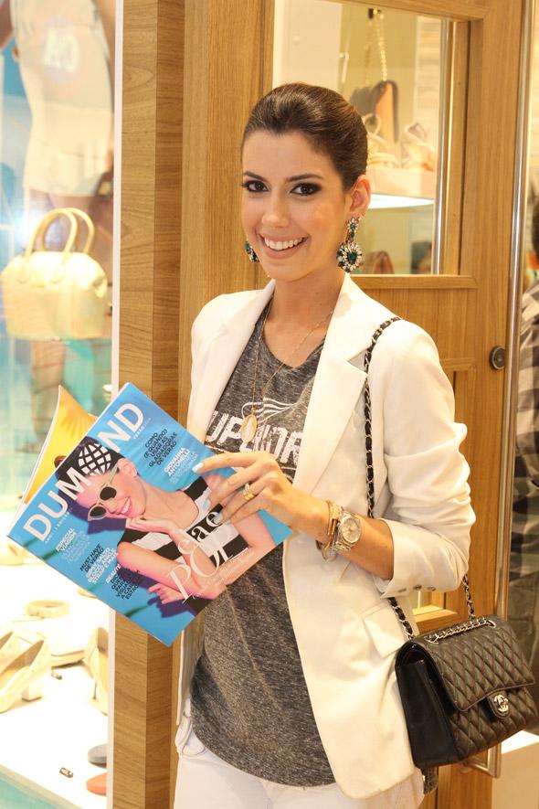 Camila Coutinho com a revista Dumond - Crédito: Nando Chiappetta/DP/D.A Press