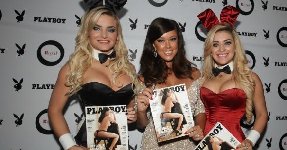 Meyrielle acompanhada das coelhinhas da Playboy Crédito:  L`Harmonie Center/Divulgação