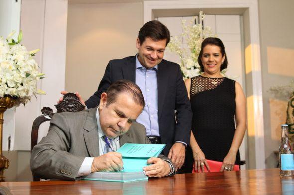 João Alberto autografa exemplar de Geraldo Julio e Cristina Mello. Crédito: Paulo Paiva / DP / D.A Press