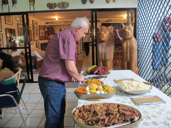 Jarbas Vasconcelos arrumando a mesa