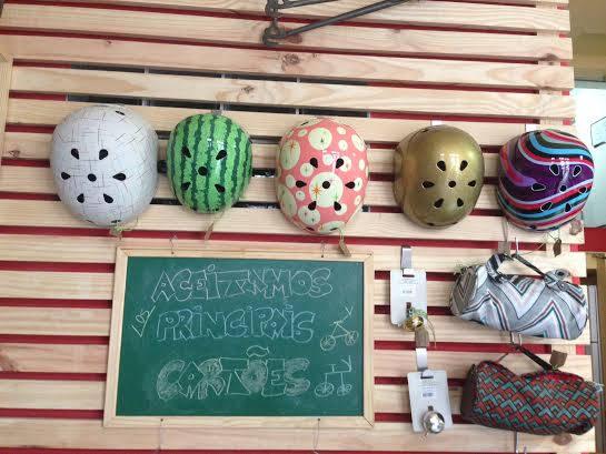 Mais acessórios: capacetes, buzinas, bolsas - Crédito: Cecília Ramos/DP DA Press