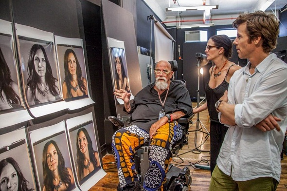 Julia Roberts conferindo o trabalho de Chuck Close - Crédito: Myrna Suarez/Divulgação