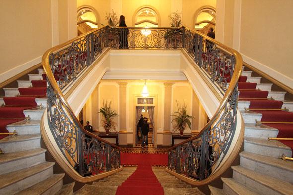 A bela escadaria que dá acesso ao andar onde fica o gabinete do governador - Crédito: Nando Chiappetta/DP/D.A Press