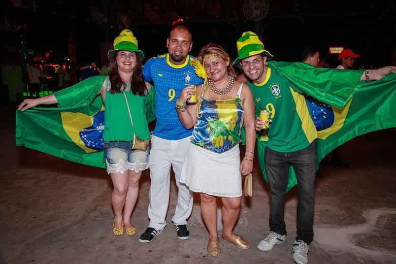 """Alguns foliões entraram no espírito da festa, que teve como tema """"Com a bola toda"""", em alusão à Copa Crédito: Paloma Amorim/Divulgação"""
