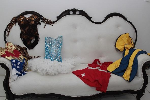 As fantasias que Maria já usou em várias festas - Crédito: Nando Chiappetta/DP/D.A Press